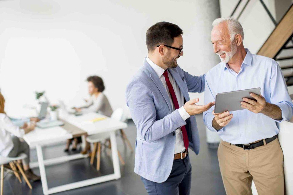 Anwalt bespricht einen Vertrag mit Klienten