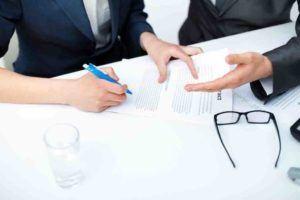 Zwei Personen diskutieren einen Aufhebungsvertrag