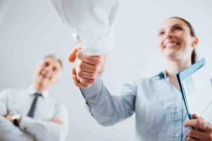 Arbeitgeber schüttet die Hand aufgrund neuem Dienstvertrag