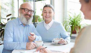 Älteres Ehepaar lässt sich bezüglich einem Erbvertrag beraten
