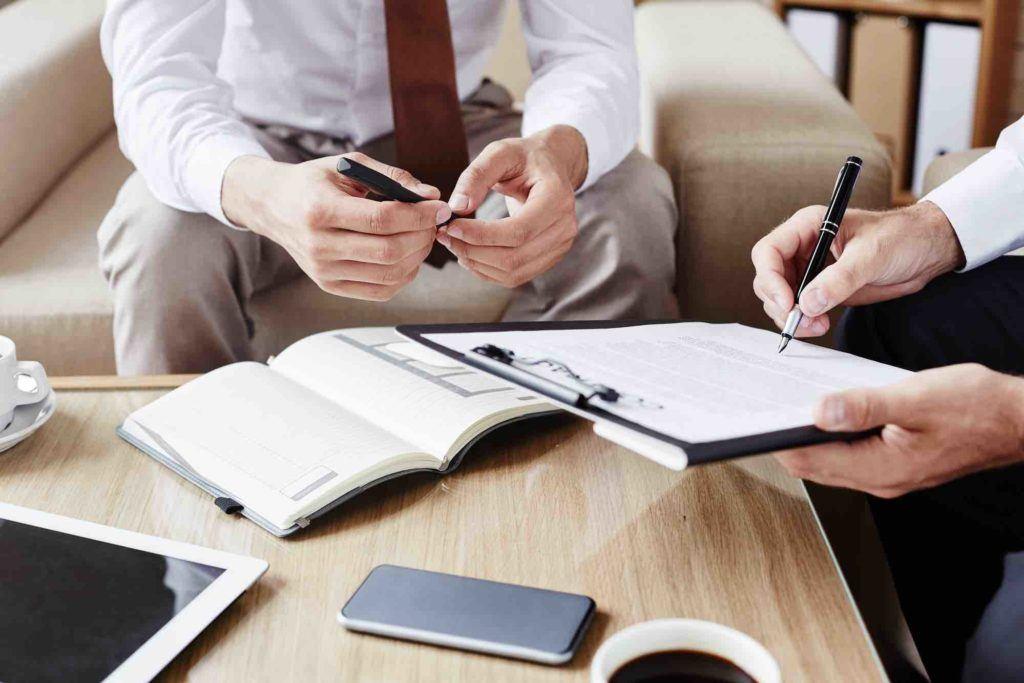 Anwalt und Klient erstellen einen Vertrag