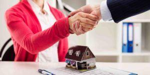Händedruck mit Anwalt beim Immobilienkauf
