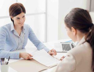Anwalt prüft einen Arbeitsvertrag