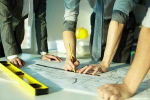 Anwalt bespricht Architektenvertrag