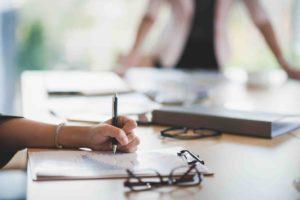 Frau erstellt Datenschutzrichtlinienvertrag