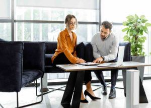 Geschäftsleute prüfen Vertrag im Büro