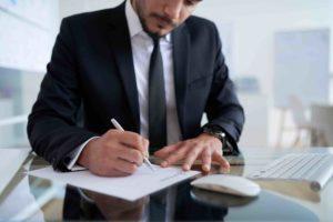 Rechtsanwalt prüft einen Unternehmenskaufvertrag