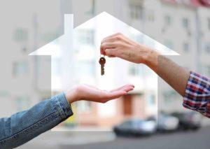 Hausschlüssel wird an Käufer übergeben