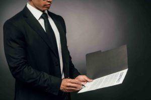 Bürgschaftsvertrag wird von einem Anwalt überprüft