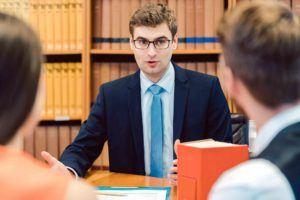 Anwalt berät Ehepaar