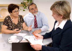Älteres Ehepaar spricht mit Anwältin