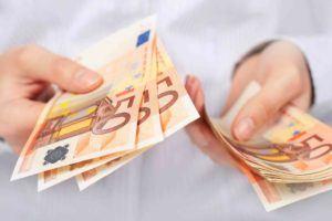 Hände zählen 50 € Scheine