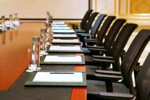 Sitzungssaal mit Sesseln und Dokumenten
