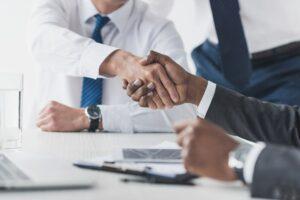 Anwalt und Mandant schütteln sich die Hand