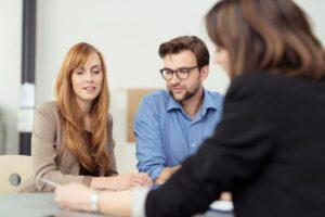 Geschäftspartner besprechen Vertrag mit Anwältin