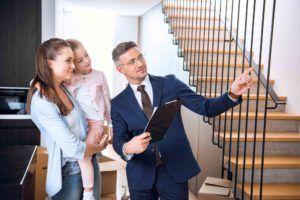 Makler zeigt junger Frau eine Wohnung