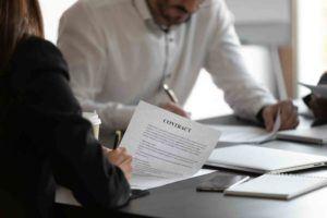 Mann und Frau erstellen Managementvertrag