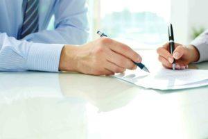 Hände unterschreiben Managementvertrag