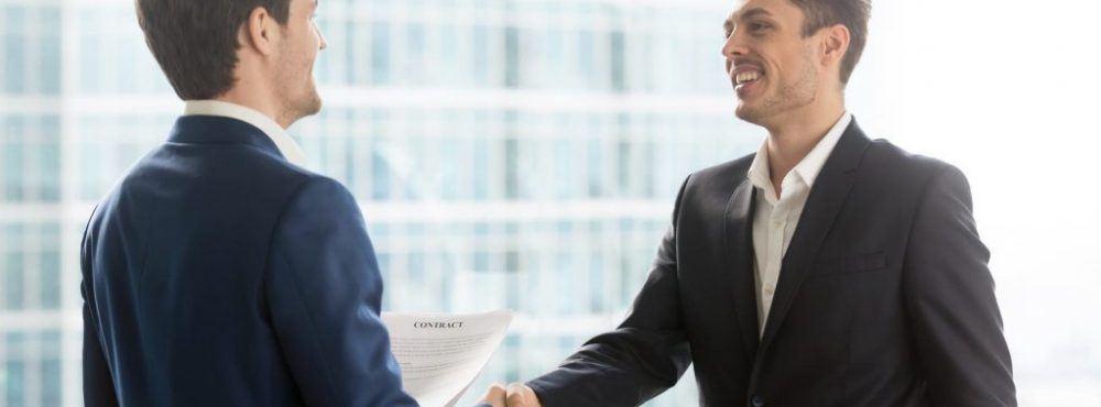 Arbeitnehmer und Arbeitgeber schütteln die Hand