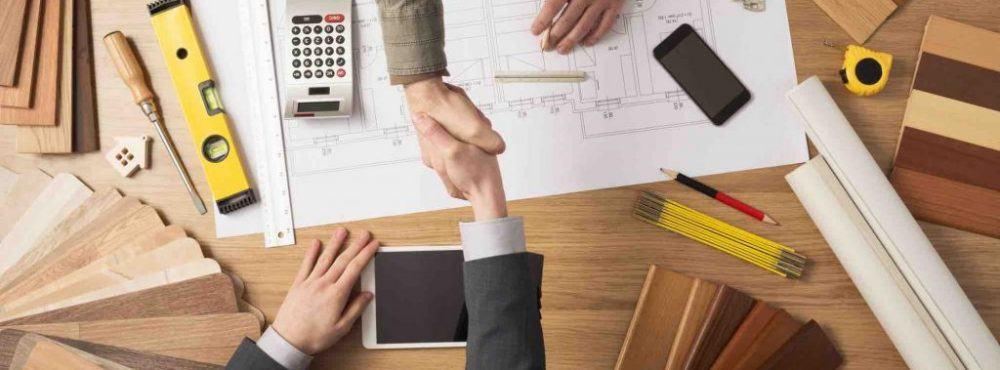 Bauplanung vom Baumeister und Vertragsunterzeichnung