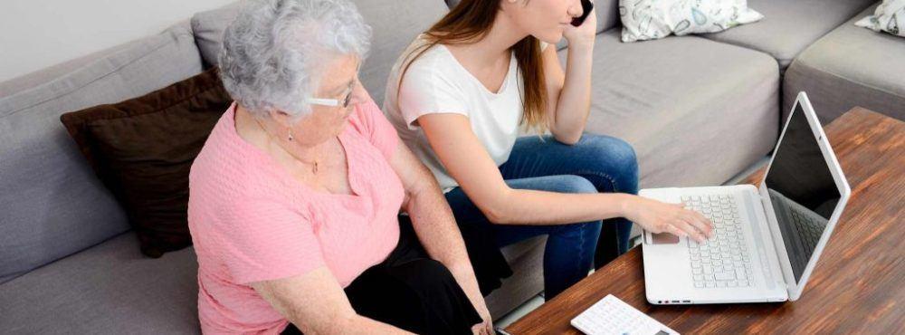 Tochter erstellt eine Patientenverfügung für alte Dame