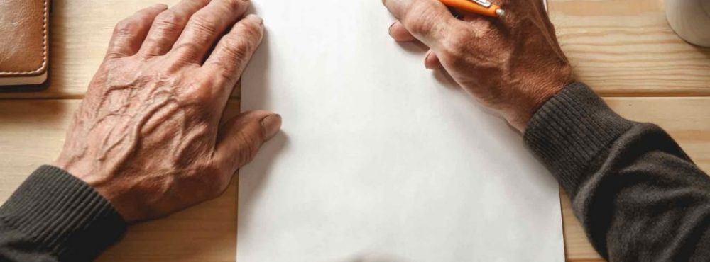 Mann schreibt ein Testament
