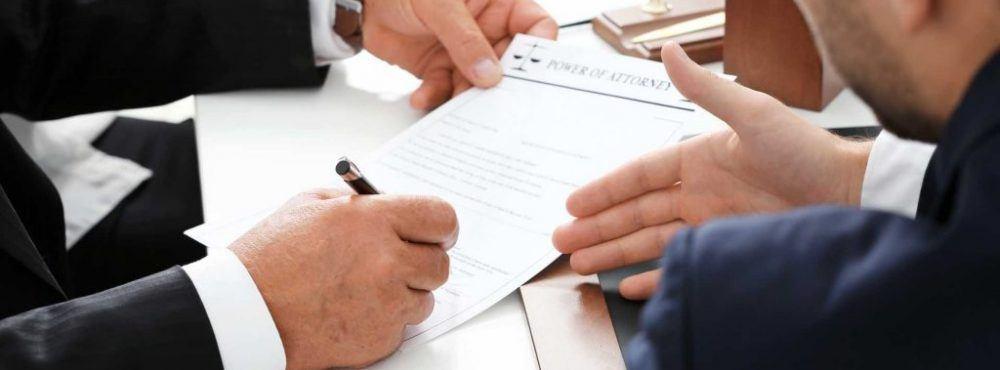Vertrag wird vom Anwalt geprüft